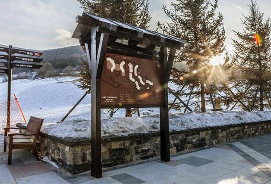 融入地区特色的旅游小镇导视系统设计
